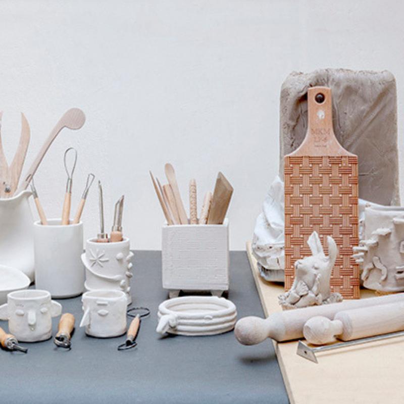 Immagine di ceramiche e attrezzi per lavorazioni